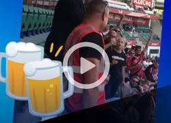 Enlace a Peter Fischer, Presidente del Eintracht Frankfurt invita a cerveza a los fanáticos que viajaron hasta Letonia les da 100 euros para pagarles la ronda