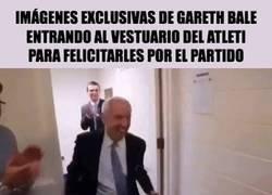 Enlace a Imágenes exclusivas de Gareth Bale entrando al vestuario del Atleti para felicitarles por el partido, vía @Barcelonismo97