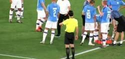 Enlace a Guardiola lo ha vuelto a hacer y le da una clase magistral a un jugador mientras el partido estaba pausado