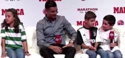 Enlace a La emotiva respuesta de Cristiano Ronaldo a un niño tras decirle que le dio pena que se fuese del Madrid