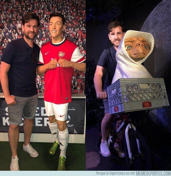 1082604 - ¿Alguien sabe por qué hay dos Öziles en este Museo de cera? Por @442oons