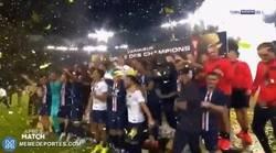 Enlace a ¿Qué pasa en el PSG con Neymar que todos lo están empujando y halando a la fuerza?