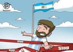 Enlace a La Conmebol 'detiene' a Messi, por @koortoon