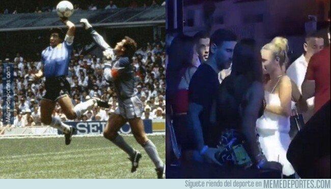 1082949 - ¿Quién la coge mejor? Seguramente Maradona...