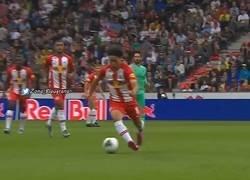 Enlace a La entrada criminal de Sergio Ramos contra un jugador del Salzburgo que nadie sabe como se salvó de la tarjeta roja