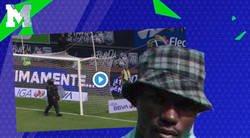 Enlace a Tremendo: un aficionado mexicano saltó al Estadio Cuauhtémoc disfrazado del Negro del Whatsapp enseñando TODO