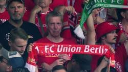 Enlace a El Union Berlin debutó en Bundesliga y los aficionados llevaron fotos de los fanáticos fallecidos que no pudieron vivir ese histórico momento