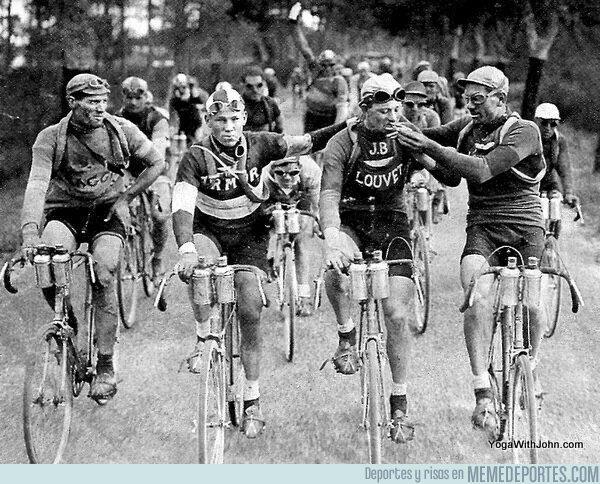 1083872 - Ciclistas del Tour de Francia en 1927 celebrando con un cigarrito el final de una etapa