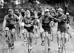 Enlace a Ciclistas del Tour de Francia en 1927 celebrando con un cigarrito el final de una etapa