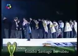 Enlace a El momento cuando sonó la música de El Parque Jurásico mientras salía la dinojunta del Real Madrid