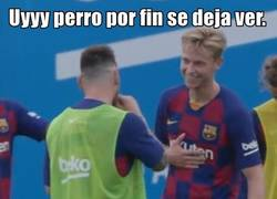 Enlace a Alguien que me sonría como De Jong sonríe al ver a Messi