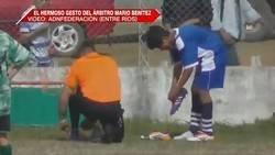 Enlace a Fútbol en estado puro: Un árbitro le da sus botas a otro jugador para que pudiese seguir jugando