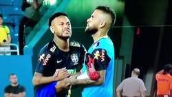 Enlace a Neymar salva a Dani Alves de ser picado por un enorme bicho en la cabeza