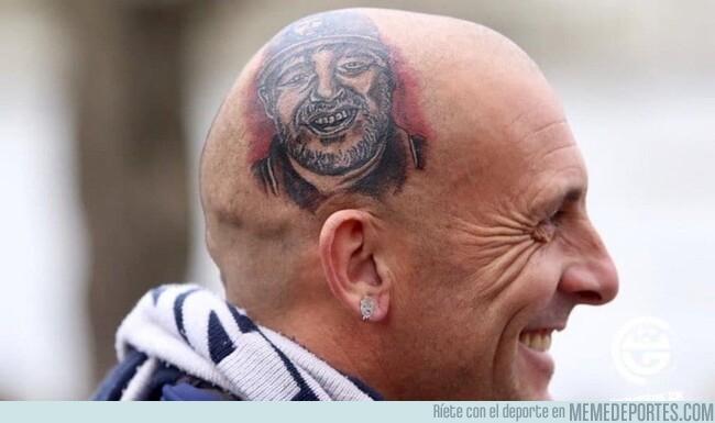 1085211 - Muy grande este fan de gimnasia que se tatuó la cara de Maradona después de salir de una ronda de desintoxicación