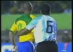 Enlace a En 2004 Walter Samuel demostró cómo parar a Ronaldo