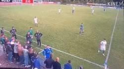 Enlace a Este fan alemán provoca la expulsión de un rival, quien después de ver la roja, arremete contra él.