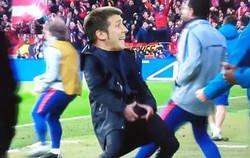 Enlace a Celades después de ganar en Stamford Bridge