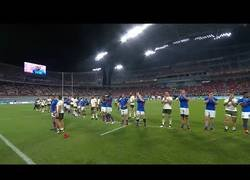 Enlace a Muestra de espíritu deportivo entre jugadores de Sudáfrica y Namibia, alineándose para reverenciar a toda la tribuna