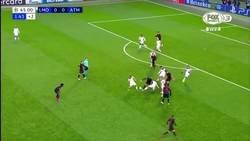 Enlace a El repliegue defensivo del Atlético de Madrid en Champions con el que todo el mundo está alucinando