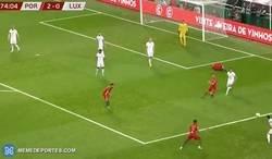 Enlace a CR7 se quedó en el suelo reclamando un penalti mientras su equipo atacaba, incluso estorbando el paso. Sin comentarios.