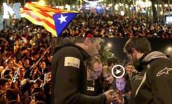 Enlace a Caos en Barcelona por estas dos personas que los manifestantes pensaban que eran infiltrados de la Policía y resultaron ser...
