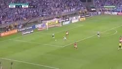 Enlace a La terrible entrada del portero Marcelo Lomba a un rival que le costó la roja directa