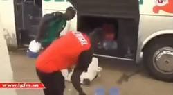 Enlace a Bonito gesto de Mané ayudando al utillero de Senegal