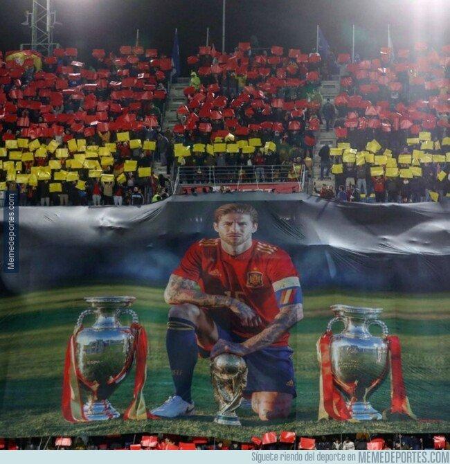 1091220 - El homenaje que le prepararon a Sergio Ramos con un mosaico que representa su récord con la Roja: un Mundial, dos Copas de Europa y 100 tarjetas  amarillas y rojas.