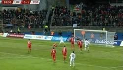 Enlace a El gol 99 de Cristiano empujando un balón que ya iba a entrar y robando el primer gol de Diogo Jota con la selección portuguesa.
