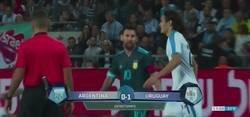 Enlace a Toda Argentina está aplaudiendo a Messi tras responderle así a Cavani cuando le dijo: