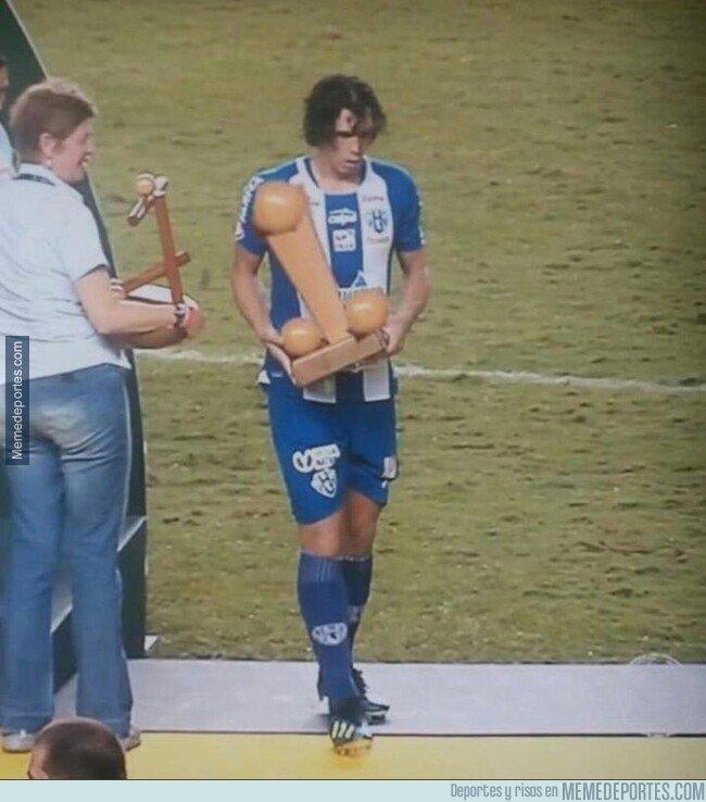 1091728 - Este es el trofeo que le dan al máximo goleador del torneo regional 'Copa verde' de Brasil