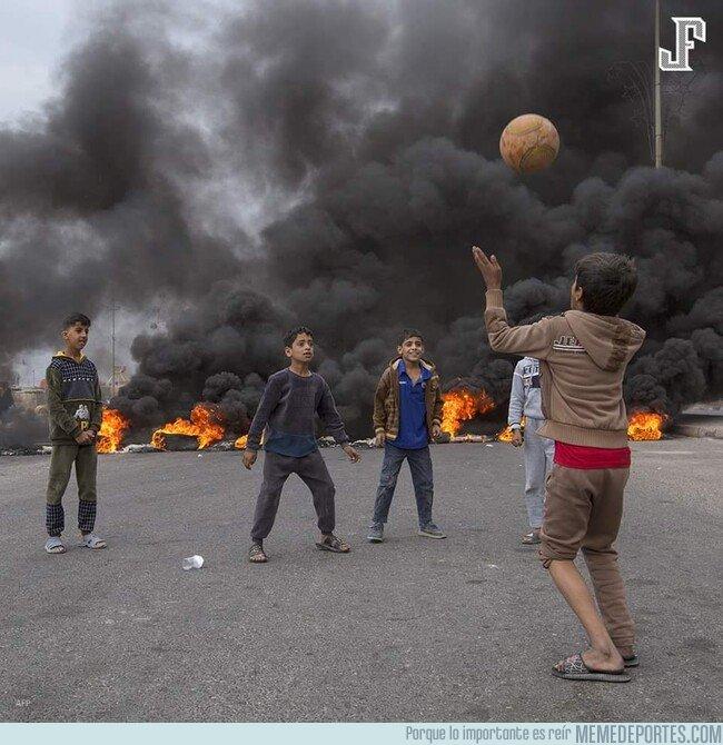 1092049 - Una de las candidatas a fotografía del año: La imagen de niños iraquíes jugando fútbol con la destrucción en el fondo