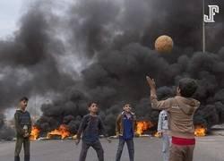 Enlace a Una de las candidatas a fotografía del año: La imagen de niños iraquíes jugando fútbol con la destrucción en el fondo