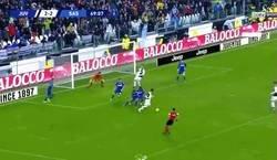 Enlace a Lo que no verás en los telediarios: Cristiano estorbando y evitando el gol de la victoria de Dybala.