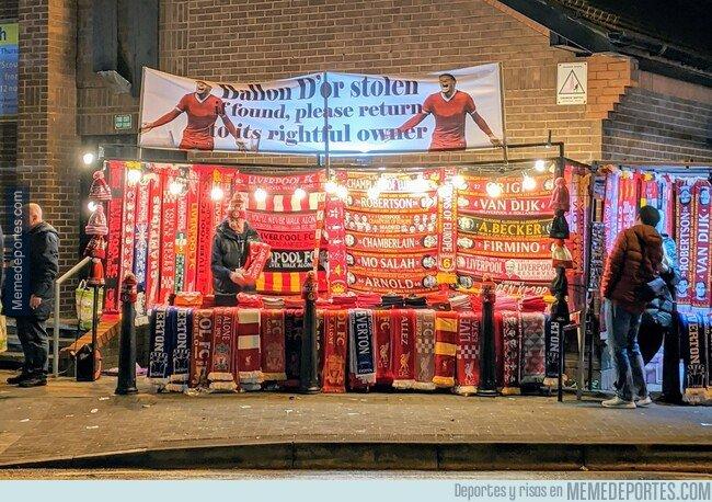1092758 - Ojito al cartel que ha aparecido a las afueras de Anfield