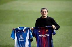Enlace a Valverde haciéndose la clásica foto de entrenadores antes del derbi