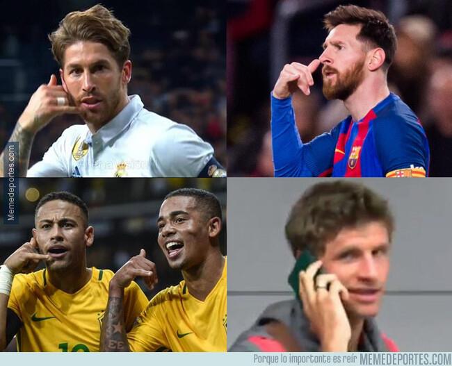 1094447 - Never forget Muller hablando por teléfono con su pasaporte