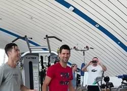 Enlace a Cristiano enseñandole a Djokovic como saltar como él.