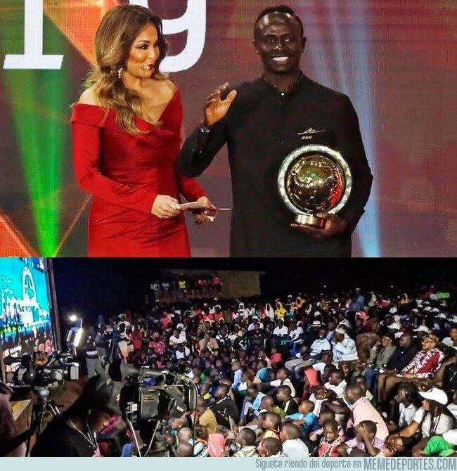 1095426 - La entrega al mejor jugador de Africa de Mané se vivió en su pueblo natal como la final de un mundial.