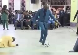 Enlace a Esta iglesia marfileña nos ha dado el espectaculo más surrealista con un pastor 'regateando' feligreses.