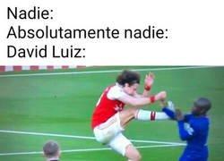 Enlace a David Luiz se ha convertido en un esperpento defensivo