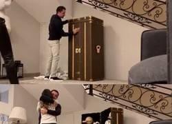 Enlace a DE-TA-LLA-ZO La mujer de Xavi le regaló en su cumpleaños 40 un baúl con los 14 balones más emblemáticos de los mundiales