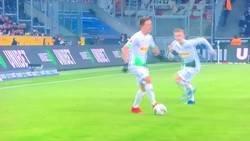 Enlace a El espectacular gol de Alassane Pléa haciendo un falso remate.