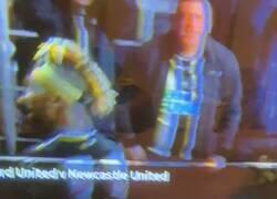 Enlace a El fanático del Newcastle que celebró haciendo un helicóptero con su miembro.