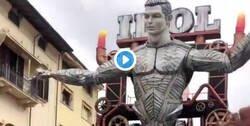 Enlace a El surrealista muñeco de Carnaval de Cristiano hecho de Papel para el carnaval de Viareggio
