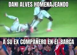Enlace a Alves recordando a su ex compañero Piqué