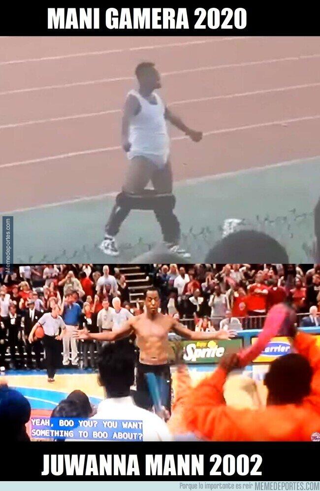 1098993 - El entrenador de Tanzania recreando esta escena épica