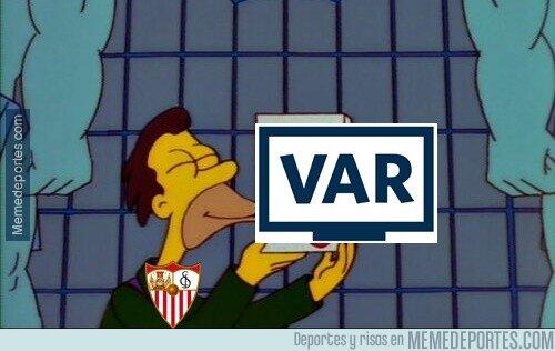 1099397 - El Sevilla sigue vivo en Europa gracias al VAR