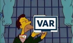 Enlace a El Sevilla sigue vivo en Europa gracias al VAR