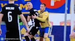Enlace a Este jugador de la liga polaca se rompió la nariz... con su propia rodilla